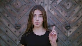 Zbliżenie portret patrzeje zaskakujący szczęśliwa młoda dziewczyna pozytywna ludzka emocja obrazy stock