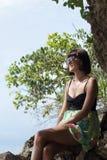 Zbliżenie portret piękna ciemnowłosa młoda kobieta outdoors Tropikalna Bali wyspa, Indonezja Zdjęcia Stock