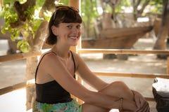 Zbliżenie portret piękna ciemnowłosa młoda kobieta outdoors Tropikalna Bali wyspa, Indonezja Fotografia Royalty Free