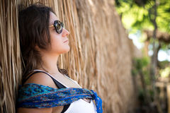 Zbliżenie portret piękna ciemnowłosa młoda kobieta outdoors Tropikalna Bali wyspa, Indonezja Fotografia Stock