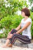 Zbliżenie portret piękna ciemnowłosa młoda kobieta outdoors Tropikalna Bali wyspa, Indonezja Obraz Royalty Free