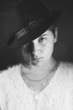 Zbliżenie portret piękna dziewczyna w kapeluszu, fotografia stock