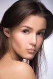 Zbliżenie portret piękna dziewczyna z jasną zdrową skórą Patrzeć kamerę nad ramieniem perfect moda modela studia fot zdjęcia stock