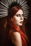 Zbliżenie portret piękna gothic dziewczyna jest ubranym gwożdżącego kłobuk obraz stock