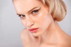 Zbliżenie portret piękna młoda kobieta z czystą i świeżą skórą Nagi makeup Twarzowy traktowanie Pojęcie dla fotografia stock