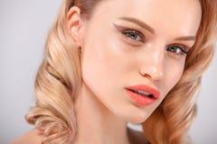 Zbliżenie portret piękna młoda kobieta z czystą i świeżą skórą Nagi makeup Twarzowy traktowanie Pojęcie dla zdjęcie stock