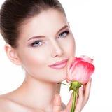 Zbliżenie portret piękna młoda kobieta z kwiat pobliską twarzą Obraz Royalty Free