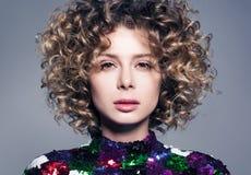 Zbliżenie portret piękna młoda kobieta z zmysłowym spojrzeniem Gęsty kędzierzawy włosy fotografia stock