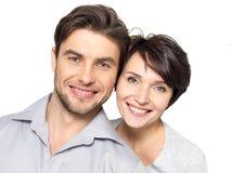 Zbliżenie portret piękna szczęśliwa para - odosobniona obraz stock