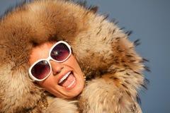 Zbliżenie portret piękna uśmiechnięta młoda kobieta w futerku obrazy royalty free