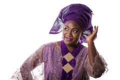 Zbliżenie portret piękny afrykanina model w tradycyjnym purpurowym kostiumu, odizolowywający Zdjęcia Royalty Free