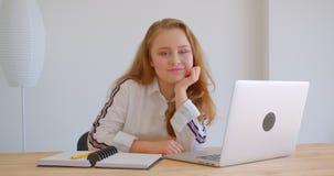Zbliżenie portret potomstwo dosyć caucasian dziewczyna używa latop patrzeje kamerę ono uśmiecha się szczęśliwie indoors w zbiory wideo