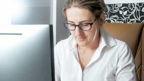 Zbliżenie portret pracuje na pececie skoncentrowany bizneswoman fotografia stock