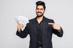 Zbliżenie portret super szczęśliwego z podnieceniem pomyślnego młodego człowieka mienia pieniądze dolarowi rachunki w ręce, odoso zdjęcia royalty free