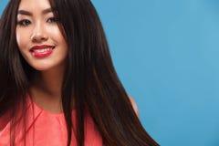 Zbliżenie portret szczęśliwa azjatykcia brunetki kobieta kosmos kopii obraz royalty free