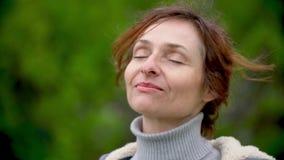 Zbliżenie portret szczęśliwa kobieta outdoors swobodny ruch zbiory wideo