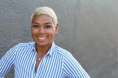 Zbliżenie portret szczęśliwa młoda afrykańska kobieta z kopii przestrzenią zdjęcia stock
