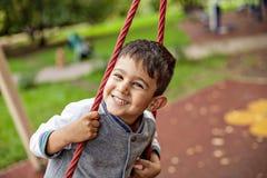 Zbliżenie portret szczęśliwa uśmiechnięta chłopiec obrazy stock