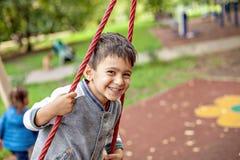 Zbliżenie portret szczęśliwa uśmiechnięta chłopiec fotografia royalty free