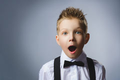 Zbliżenie portret szczęśliwej chłopiec iść niespodzianka na szarym tle obraz stock