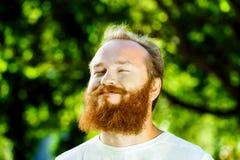 Zbliżenie portret szczęśliwy dorośleć mężczyzna z czerwoną brodą Fotografia Royalty Free