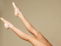 Zbliżenie portret tancerz tanczy w Pointe w baletniczych butach zdjęcie royalty free