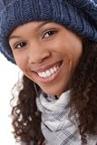 Zbliżenie portret uśmiechnięta afro kobieta w nakrętce Zdjęcia Royalty Free
