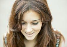 Zbliżenie portret uśmiechnięta piękna kobieta patrzeje w dół zdjęcia royalty free