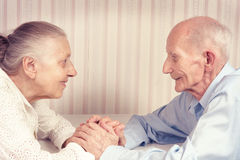 Zbliżenie portret uśmiechnięta starszej osoby para fotografia royalty free