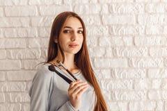 Zbliżenie portret uśmiechnięty seksowny kobieta model w piękno salonie z kitkami dla makijażu fotografia royalty free