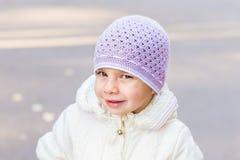 Zbliżenie portret urocza berbeć dziewczyna jest ubranym mod purpur kapelusz Obrazy Royalty Free