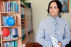 Zbliżenie portret wiek średni kobiety dojrzały uczeń w bibliotece fotografia stock