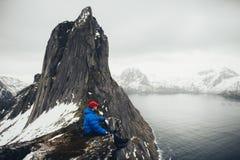 Zbliżenie portret zimy poszukiwacz przygód nad nieba i śniegu backgrou zdjęcia stock
