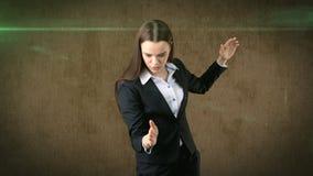 Zbliżenie portreta biznesowej kobiety dźwigania ręki w lotniczym ataku z karate siekają, brown tło Obrazy Royalty Free