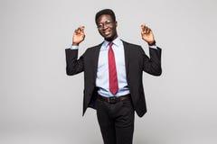 Zbliżenie portreta młody afrykanin, biznesowego mężczyzna palców skrzyżowanie, życzący, mieć_nadzieja dla best, cud odizolowywają Fotografia Stock