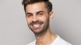 Zbliżenie portreta młody człowiek z białym toothy uśmiechem obrazy stock