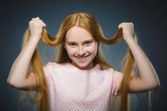 Zbliżenie portreta pomyślna szczęśliwa dziewczyna odizolowywał popielatego tło obraz stock