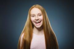 Zbliżenie portreta pomyślnej szczęśliwej dziewczyny popielaty tło obraz royalty free