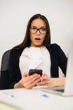 Zbliżenie portreta potomstwa, szokująca biznesowa kobieta, patrzeje telefon komórkowego widzii złą wiadomość tekstową, email, odi Obraz Royalty Free