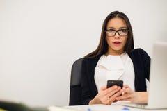 Zbliżenie portreta potomstwa, szokująca biznesowa kobieta, patrzeje telefon komórkowego widzii złą wiadomość tekstową, email, odi obrazy royalty free