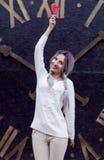 Zbliżenie portreta zadziwiająca dziewczyna w białym ciepłym woolen pulowerze z szarość osrebrza włosy z czerwonym i białym lizaki Zdjęcie Royalty Free