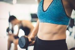 Zbliżenie potomstwo szczupła kobieta z paczka mięśniami w gym, napad Fotografia Royalty Free
