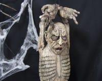 Zbliżenie potwora mężczyzna obwieszenie od jego nadgarstków Zdjęcie Stock