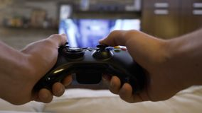 Zbliżenie POV z podnieceniem nastolatek używa gamepad kontrolera odciskania klucze i bawić się konkurencyjne akcja strzelającego  zdjęcie wideo