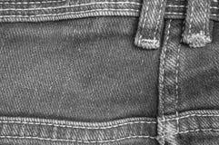 Zbliżenie powierzchni strona stara cajgowa spodniowa tkanina z powrotem textured tło w czarny i biały brzmieniu Obraz Stock