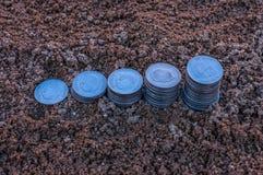 Zbliżenie powstające monety srebne monety przedstawia wzrastającego prętowego wykres Fotografia Stock