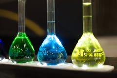 Zbliżenie próbnych tubk ciecz narkotyzuje żółtych błękitnych zielonych kolory Zdjęcie Royalty Free