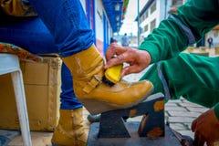 Zbliżenie pracuje na kolorze żółtym shoeshiner inicjuje wewnątrz Zdjęcia Stock