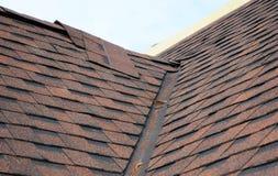 Zbliżenie problemowi tereny dla waterproofing nowych zainstalowanych bitumu dachu gonty Zadaszać kąt pracy Obrazy Stock