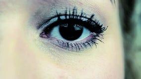 Zbliżenie przelękły kobieta płacz, oko wypełniał z łzami Strach i smucenie zdjęcie wideo